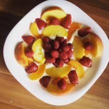 Gyümölcsmandala szójajoghurt ágyon