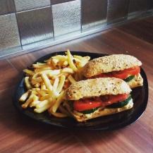 Grillezett cukkinis-paradicsomos, hummuszos szendvics