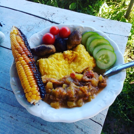 Gyöngyi mennyei tálja a gyermekágy idején: puliszka,tökpörkölt, nyílt tűzön grillezett kukorica és krumpli (minden a kertből a puliszka kivételével)