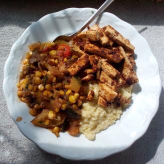 Cukkini-paradicsom-kukorica-hagyma négyes grillezve, kölessel és mustáros tofucsíkokkal