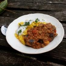 Szójás-padlizsános ragu kurkumás rizzsel ésmagtejföllel