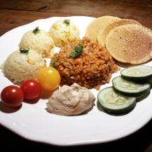 Vöröslencse rizzsel, csicserilepénykékkel és humusszal